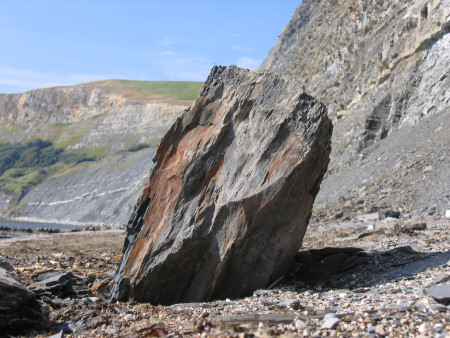 picture of a large boulder fallen from a cliff